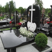 Памятник с мраморным барельефом и крестом, фото памятника после установки на могилу. Доступная цена барельефа в Киеве.