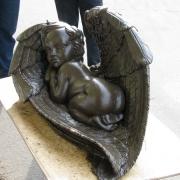 На фото детская скульптура. Модель ангела из полимера.  Цена скульптуры ангела из полимера - $1 тыс.