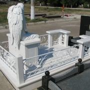 Скульптура ангела из полимера. Фото скульптуры ангела на кладбище. Обратная сторона скульптуры ангела.