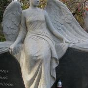 На фото фигура женщины из гранита. Фото скульптуры из гранита в ритуальном комплексе. Доступная цена гранитной скульптуры в Киеве.