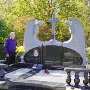 Фото статуи из гранита. Скульптура ангела на кладбище; размеры - по проекту памятника.