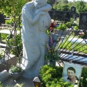Статуя из гранита на могиле юноши; фото сразу после установки на кладбище. Изготовление статуй и скульптур из гранита в Киеве. Гарантия от ЧП Прядко на скульптуру 10 лет.