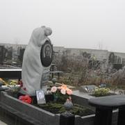 Статуя девушки из гранита, фото после установки на городском кладбище Берковцы в Киеве. Высота статуи 230 см., вес скульптуры 2,7 т., размер основы статуи 0,8 х 0,7 м. Цена гранитной статуи, согласно выполненного проекта.