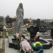 Гранитная скульптура девушке, фото на кладбище Берковцы после установки; высота статуи 250см., вес скульптуры из гранита 3 т., размер основы статуи 0,7 х 0,6 м. Стоимость статуи из гранита, согласно проекта памятника.