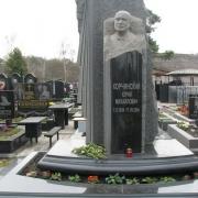 Скульптура из гранита на колонне, фото гранитного комплекса на Лесном кладбище. Изготовление портретов и барельефов из гранита сегодня, в ЧП Прядко. Приемлемая цена скульптуры в Киеве сегодня.