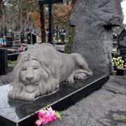 Скульптура льва из гранита,  фото на Лесном кладбище в Киеве. Ритуальный комплекс с  крестом: изготовление, доставка на место установки и монтаж на могилу.