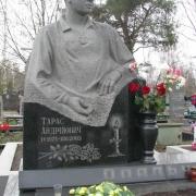 Гранитный бюст, фото на Лесном кладбище в Киеве. Заказ на изготовление скульптур и статуй, можно оформить в офисе ЧП Прядко. Доступная цена скульптуры сегодня. Гарантия на скульптуру, 10 лет.