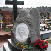 Скульптура ангела с крестом, фото на кладбище. Авторский памятник с ангелом и каменным крестом на могиле. Заказ статуй и скульптур в Киеве сегодня. Доступная стоимость скульптуры в ЧП Прядко сегодня.