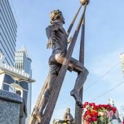 Обратная сторона скульптуры. Памятник футболисту Андрею Гусину в Киеве.