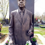 Высота бронзовой скульптуры - 2 м. Стоимость бронзовой скульптуры - по проекту памятника.