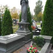 Скульптура из бронзы,  фото на городском кладбище Берковцы в Киеве. Изготовление бронзовых скульптур в ЧП Прядко с гарантией 10 лет. Стоимость скульптуры, согласно проекта памятника.