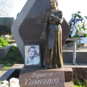 Статуя из бронзы в гранитном комплексе. Фото статуи молодой женщины, после установки на кладбище. Изготовление бронзовых фигур и статуй в Киеве, от ЧП Прядко.