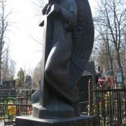 Статуя ангела из бронзы на кладбище, фото статуи на ритуальном пьедестале. Заказать бронзовую статую в Киеве сегодня, можно в ЧП Прядко. Стоимость ангела из бронзы, согласно проекта памятника.