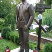 Фигура из бронзы в полный рост, фото после установки на кладбище. Заказ на изготовление скульптуры из бронзы, можно оформить в офисе ЧП Прядко.