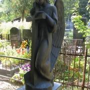 Фигура ангела из бронзы, фото на Байковом кладбище в Киеве. Скульптура ангела с крестом в гранитном комплексе. Гарантия на бронзовую статую, 10 лет. Цена ангела из бронзы, согласно проекта памятника.