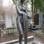 Статуя девушки из бронзы на кладбище, фото статуи в гранитном комплексе. Заказ на изготовление статуи из бронзы, оформляется в офисе ЧП Прядко. Гарантия на бронзовую фигуру, 10 лет.