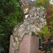 Бронзовый бюст на Байковом кладбище в Киеве, фото на колонне. Заказ портретов и бюстов из бронзы, в офисе ЧП Прядко, с гарантией 10 лет.