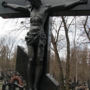 Бронзовое распятие на ритуальном  кресте, фото скульптуры на Байковом кладбище в Киеве. Изготовление бронзовых фигур, портретов, барельефов с гарантией качества, от профессионалов.