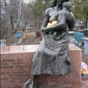 Фото бронзовой фигуры после установки. Установка бронзовой скульптуры на кладбище. Цена фигуры из бронзы - согласно проекта ритуального комплекса.