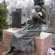 Изготовление скульптуры из бронзы на кладбище в Киеве. Цена бронзовой фигуры - по разработанному проекту памятника.