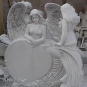 Скорбящий ангел из мрамора с сердцем. Памятники с ангелами из белого мрамора изготовление. Фото мраморного ангела на производстве.