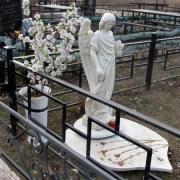 Скульптура ангела в ритуальной ограде; фото ангела на могиле. Галерея ангелов из декоративного бетона; заказ ангела для памятника по цене 19 тыс. грн.