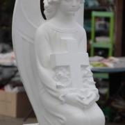 Фото скульптуры ангела с крестом из бетона. Изготовление ангелов из бетона в Киеве. Ангел из бетона для детского памятника, доступная цена скульптуры ангела сегодня 8 тыс. грн.