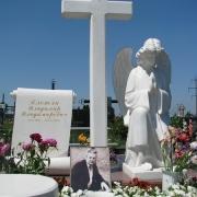Фото ангела на кладбище. Скульптура ангела из белого мрамора. Производство ангелов из мрамора в Киеве от производителя.