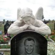 Фото скульптуры с ангелом на кладбище. Купить скульптуру ангела - вы можете со склада ЧП Прядко в Киеве, недорого. Стоимость скульптуры с ангелом - доступна.