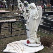 Скульптура ангела для памятника, фото статуи на могиле. Купить ангела можно в магазине Ритуальной скульптуры в Киеве, цена скульптуры ангела 19 тыс. грн.