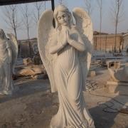 Фигура ангела из белого мрамора на производстве. Фото ангела в галерее скульптуры. Статуя ангела на кладбище.