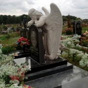 На фото скульптура ангела на кладбище; фото установленной скульптуры. Заказать скульптуру с ангелом, можно с нашего сайта.