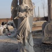 На фото ритуальный ангел с крестом из мрамора. Статуя скорбящего ангела из мрамора на производстве. Продажа статуй ангелов по приемлемой цене.
