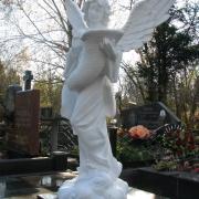Ритуальный ангел из белого бетона на кладбище Берковцы; высота ангела 140 см., цена ангела из бетона 39 тыс. грн. Всегда в наличии на складе. Продажа ангелов в Киеве, через офис ЧП Прядко.