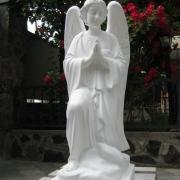 Ритуальный ангел из белого бетона, высота ангела 110 см., цена ангела 39 тыс. грн. Имеется в наличии на складе; купить статую ангела можно в магазине Ритуальной скульптуры в Киеве.