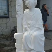 Скульптура ангела с крестом. Детская скульптура из мрамора.