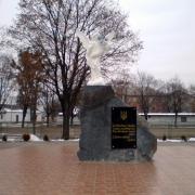 Монумент со скульптурой ангела, погибшим Героям Небесной Сотни; установка г. Сарны, Ровенской области.