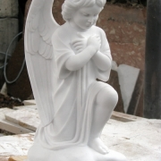Скульптура ангела из мрамора,  фото изготовления в цеху. Галерея скульптуры: постоянный ассортимент мраморных ангелов и большой выбор готовых моделей, продажа ангелов в магазине Ритуальной скульптуры в Киеве.