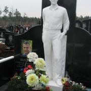 Фото статуи из мрамора на кладбище. Выбор мраморной скульптуры в галерее статуй. Купить готовую скульптуру из мрамора, можно в магазине Ритуальной скульптуры в Киеве по ул. Стеценко, 18.