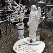 Фото статуи ангела из бетона. Выбор скульптуры ангелов на складе. Цена ангела на могилу 19 тыс. грн.