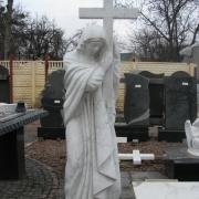 На фото скульптура Богородицы. Статуя Божьей Матери с крестом; цена мраморной статуи с крестом $10 тыс. Гарантия на мраморные статуи 10 лет.
