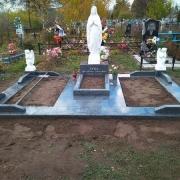 Памятник с Божьей Матерью и ангелами. Высота статуи Богородицы - 130 см. Стоимость скульптуры для памятника - доступна.
