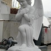 Фото ангела в мраморе. Производство мраморных ангелов в Киеве по цене $3,5 тыс. Постоянный ассортимент скульптуры ангелов и большой выбор моделей. Заказ скульптуры ангела можно оформить в офисе ЧП Прядко.