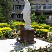 Статуя Божьей Матери. Фото скульптуры на колонне в Национальном институте рака в Киеве.