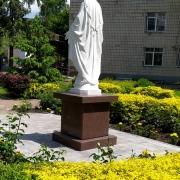 Памятник Божьей матери. Скульптура Божьей Матери на колонне. Фото статуи в Национальном институте рака.