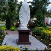 Скульптура Божьей Матери. Фото установленной статуи. Национальный институт рака в Киеве.