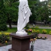 На фото статуя Божьей Матери. Скульптура Богородицы в Национальном институте рака в Киеве.