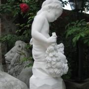 На фото выбор скульптуры. Скульптура девочка с розами из бетона, , стоимость статуи 5 тыс. грн.