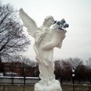 Скульптура ангела из бетона погибшим Героям Небесной Сотни; установлена в г.Сарнах, Ровенской области.