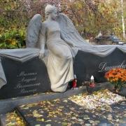 На фото скульптура в полный рост из камня. Фигура женщины из камня на могиле фото. Цена скульптуры из камня - доступна.
